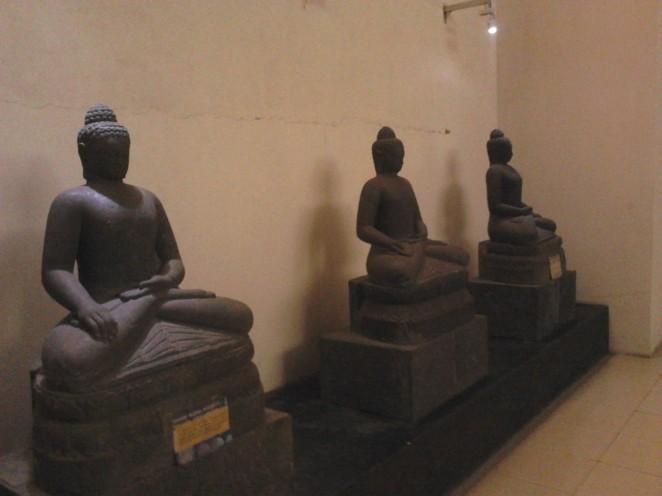 Arca Buddha dalam berbagai posisi
