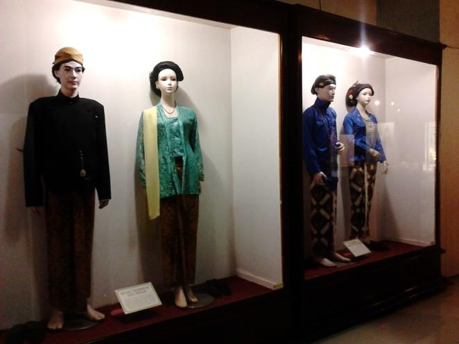 Pakaian adat provinsi-provinsi di Jawa. Provinsi luar Jawa hanya disajikan dalam bentuk miniatur.
