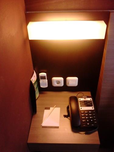Telepon, note, alat tulis, dan buku menu