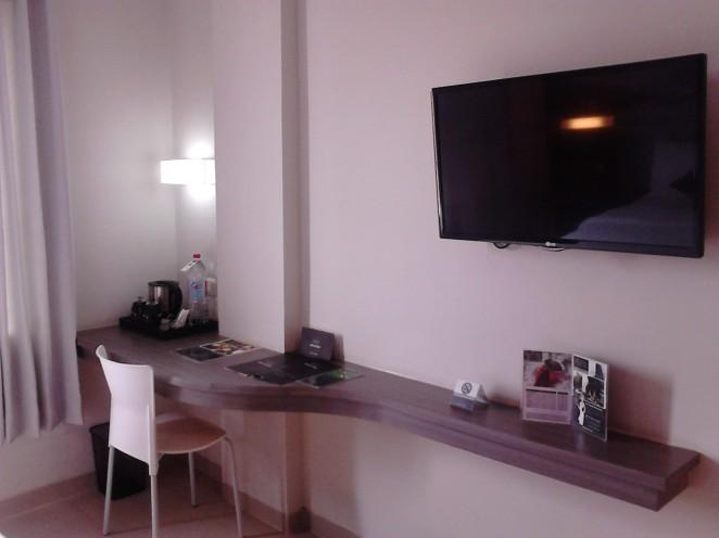 Televisi 32 inch dan meja kerja
