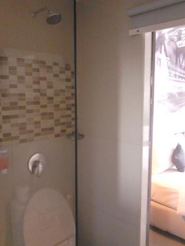 Kamar mandi dan dinding kacanya! :D