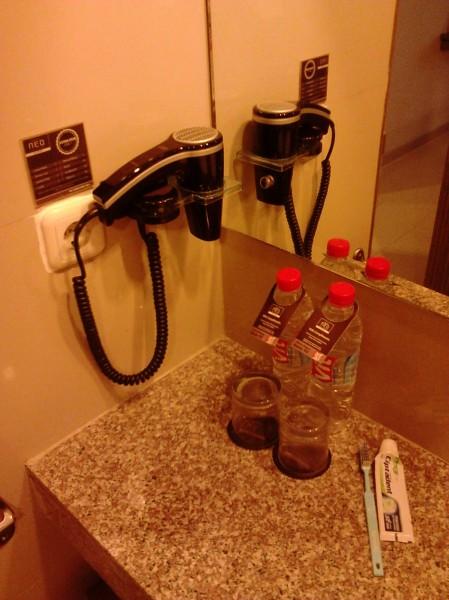 Fasilitas di dalam wastafel hotel. Itu sikat gigi dan odol milik gue pribadi ya.