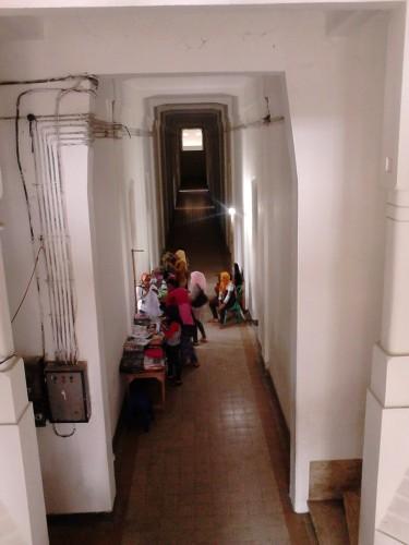 Penjaja cinderamata di dalam Gedung B
