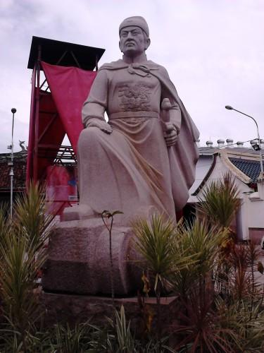 Patung Laksamana Cheng Ho di depan klenteng