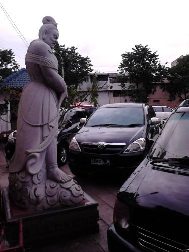 Patung di depan pintu masuk yang seolah menggertak mobil di depannya