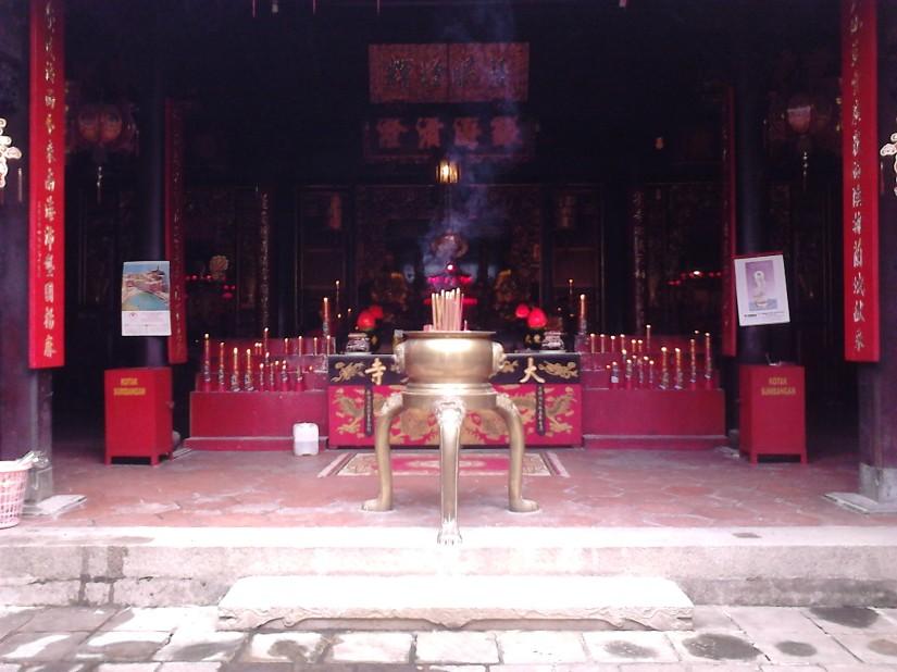 Altar klenteng Tay Kak Sie tampak depan