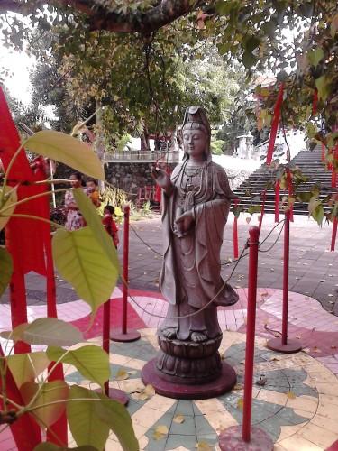 Patung Dewi Kwan Im di pelataran Pagoda Avalokitesvara