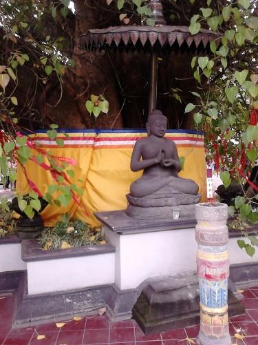 Patung Buddha di sisi yang lain