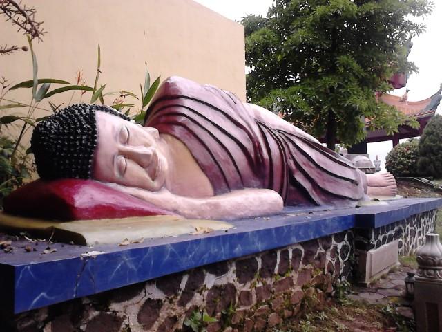 Patung Buddha Tidur di Vihara Watugong