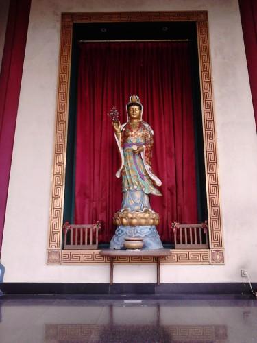 Patung dewi di bagian luar lapis pertama