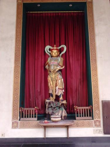Patung dewa di bagian luar lapis pertama