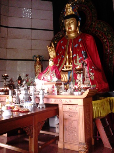 Patung Buddha di dalam Pagoda Avalokitesvara