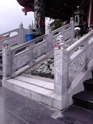 Ornamen di anak tangga menuju pagoda