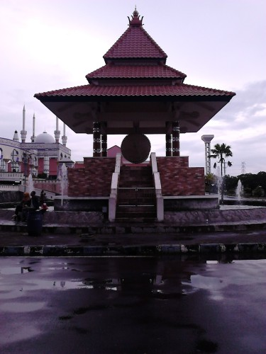 Replika bedug raksasa karya para santri Pesantren Alfalah Mangunsari