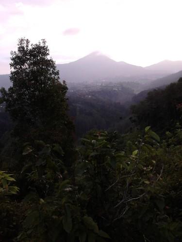 Pemandangan lembah dan pegunungan dari Tebing Keraton