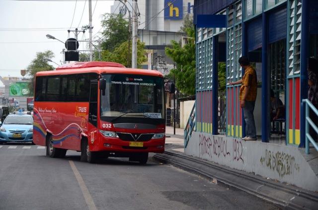 Bus dan halte Trans Semarang. Sumber: haysanta.blogspot.com