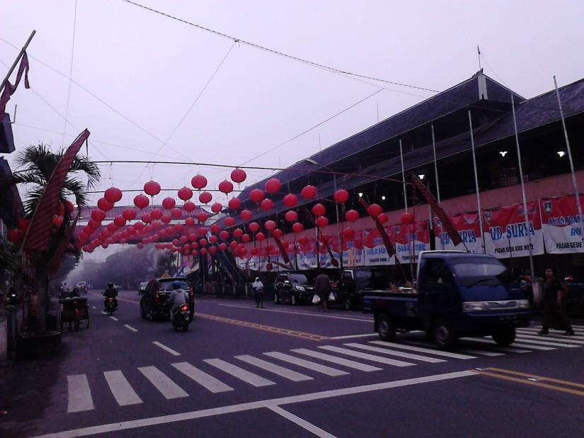 Hiasan lampion di sepanjang Jalan Urip Sumohardjo, di samping Pasar Gede Hardjonagoro