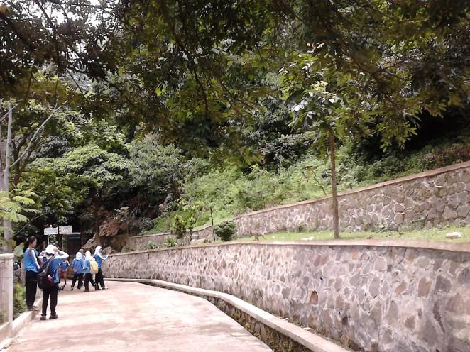 Jalan setapak dari pos masuk hingga ke mulut Goa Pawon
