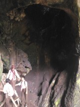 Tangga penopang dan kawanan kelelawar di langit-langit Goa Pawon