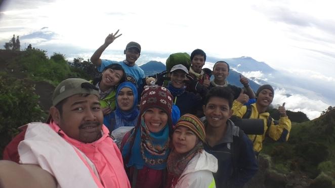 Foto keroyokan di Puncak Kentheng Songo, Gunung Merbabu.