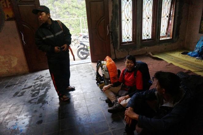Berbincang dengan Hanny, salah satu rekan pendakian di Basecamp Wekas.