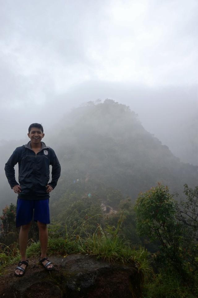 Mendekati puncak Merbabu, hujan berangsur reda. Yes, bisa selfie!