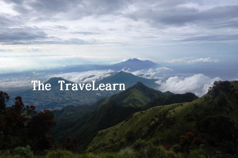 Punggung pegunungan dan awan yang berkejar-kejaran dari Puncak Gunung Merbabu.
