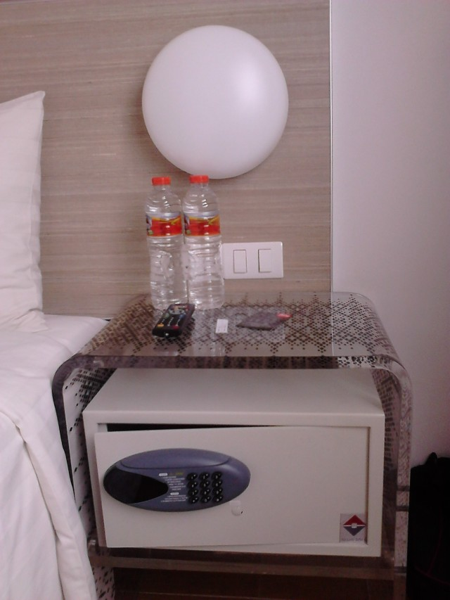 Kelengkapan kamar Tune Hotels / Red Planet, Solo
