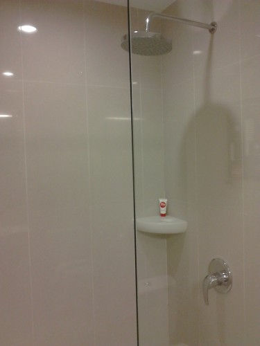Kamar mandi (shower) Tune Hotels / Red Planet, Solo