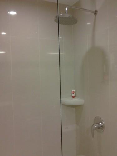 Kamar mandi (shower) Tune Hotels / Red Planet, Solo