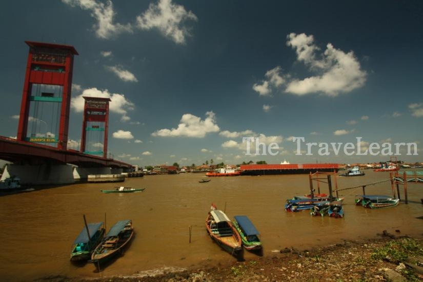 Sungai Musi, ketek-ketek, dan Jembatan Ampera | Musi River, traditional boats, and Ampera Bridge