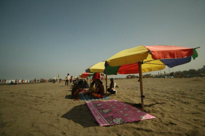 Pondok-pondok payung di sepanjang Pantai Parangtritis, Yogyakarta