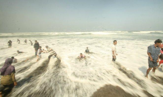 Bermain air di Pantai Parangtritis, Yogyakarta
