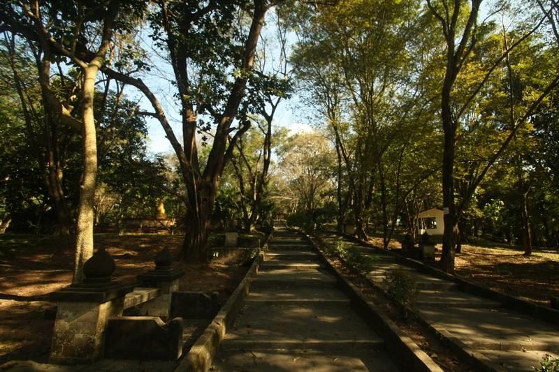 Jalan setapak di Bukit Siguntang, Palembang