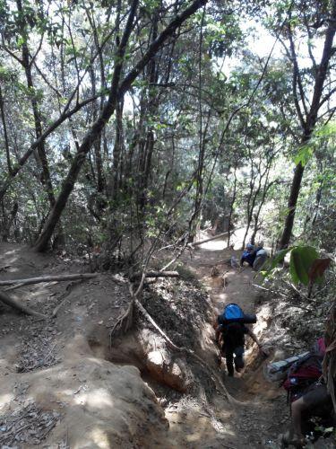 Melalui celah sempit jalur air mengalir, Gunung Cikuray
