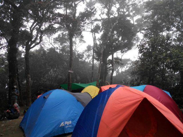 Tenda berdesakkan di Pos 6, Gunung Cikuray