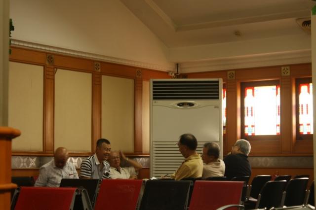 Sekelompok pakcik Malaysia di ruang tunggu