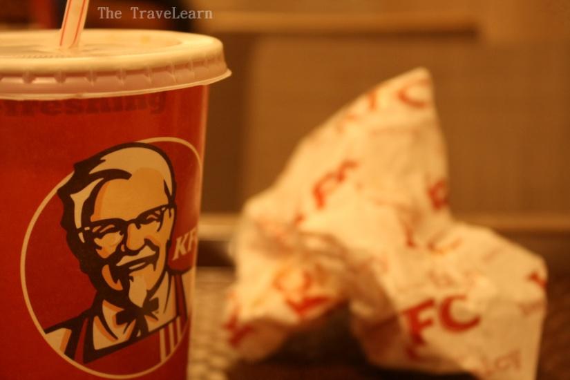Setangkup burger dan segelas Pepsi KFC