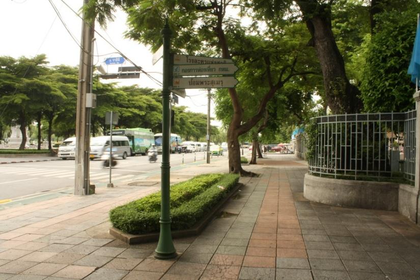 Trotoar luas dan bersih di kawasan Sanam Luang, Bangkok