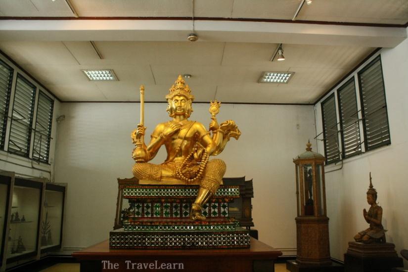 Sang dewa di Praphat Phiphitthaphan Building, Bangkok National Museum