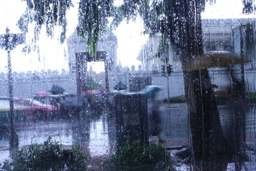 Saat hujan mengguyur Bangkok