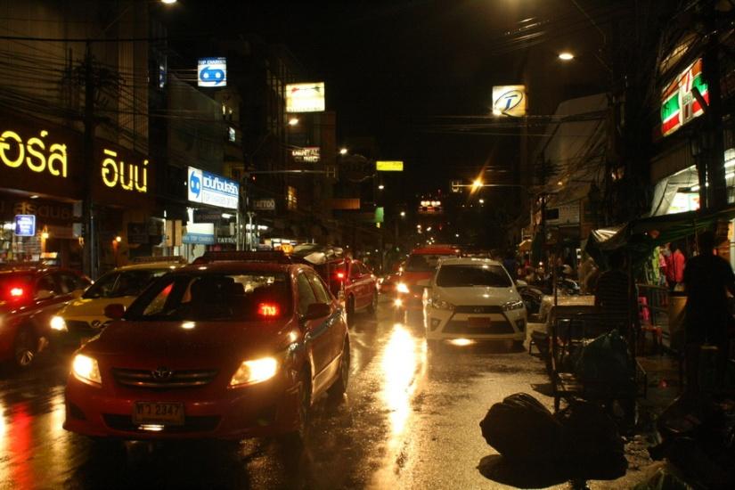 Suasana Samsen Road, Bangkok, malam itu
