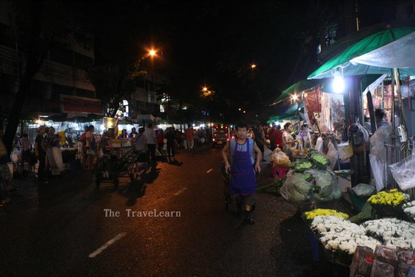 Mas-mas Bangkok sedang menarik gerobak membelah keramaian jalan