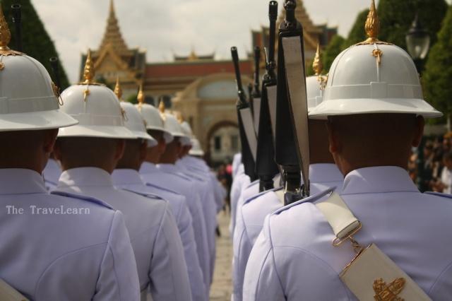 Prajurit berbaris memasuki kompleks Istana