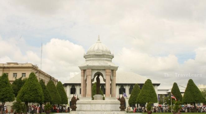 Sebuah monumen di kompleks luar Istana