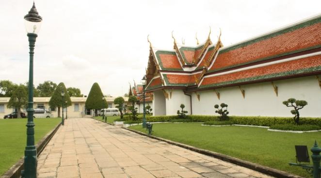 Mencoba mengeksplor kompleks luar Grand Palace