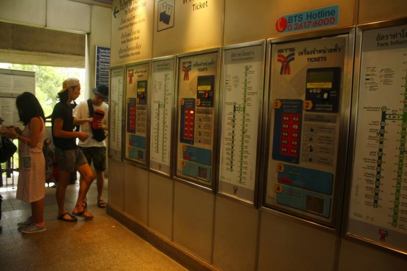 BTS vending machine, perhatikan peta dan petunjuk harga di papan sebelah kanan!
