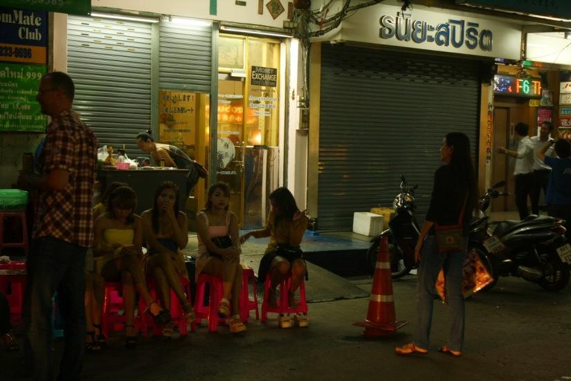Para PSK di Patpong. Tebak, mereka wanita tulen bukan?