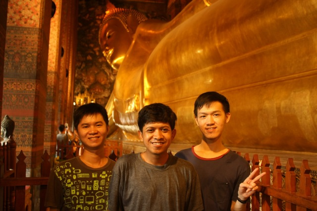 Satu Jawa, dua Tionghoa, di depan Sang Buddha