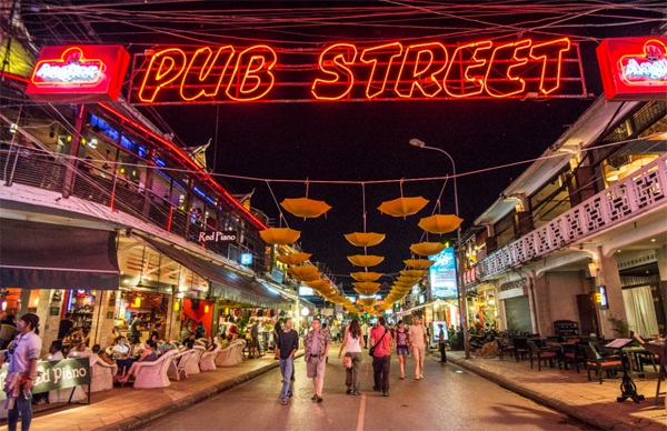 Angkor Night Market at Pub Street (source: travelcambodiaonline)